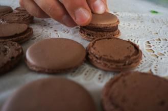 Sjokolade ganache (sjokoladekrem) er et klassisk fyll for sjokolademakroner